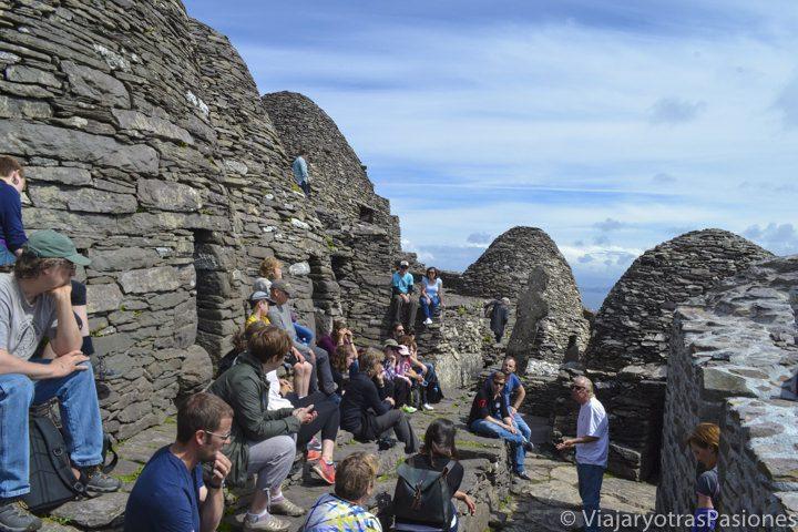 Guía y grupo en el monasterio de la isla de Skellig Michael, Irlanda