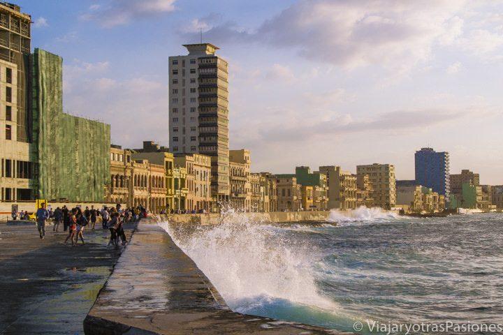 Olas del Caribe en el Malecón de la Habana a l'atardecer