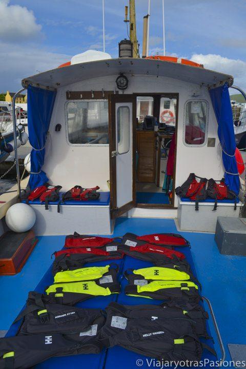 Interior del barco para visitar las islas Skellig, con chalecos salvavidas