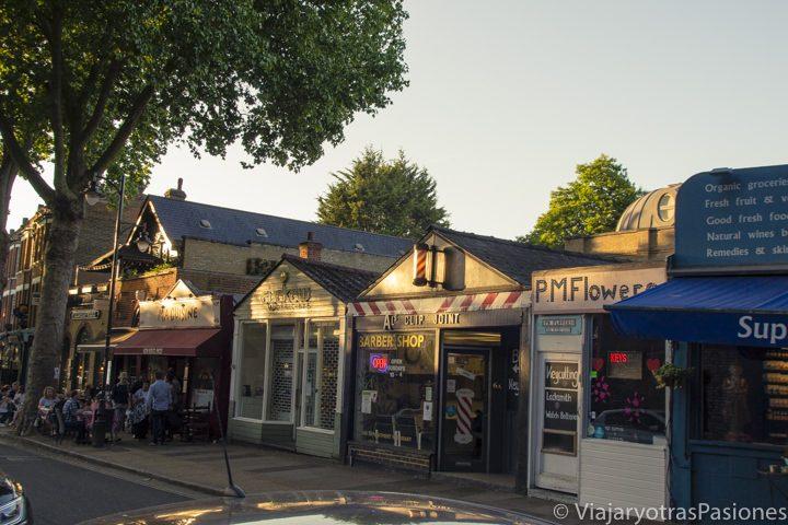 Típicas tiendas en el barrio de Kew en Londres, Inglaterra