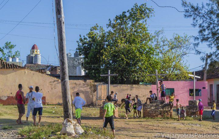 Un grupo de niños juega al fútbol en la plaza del barrio de las Tres Cruces, en Trinidad, uno de los grandes descubrimientos del Viaje a Cuba por libre