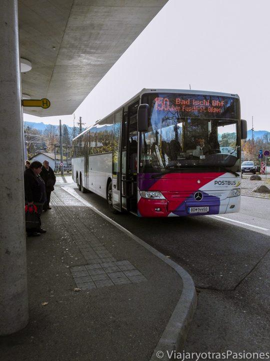Bus 150, que sale de Salzburgo, en la estación de Bad Ischl