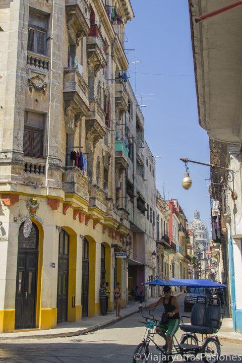 Caminando por las calles de Habana Vieja con el Capitolio en el fondo