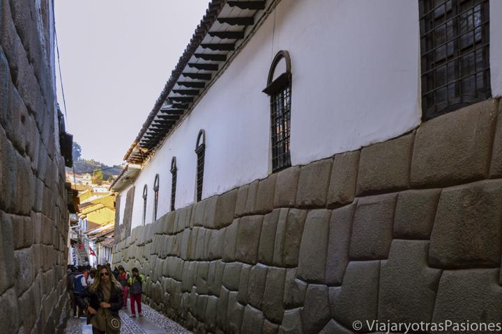 Vista del famoso callejón Hatunrumiyok en el centro de Cuzco, Perú