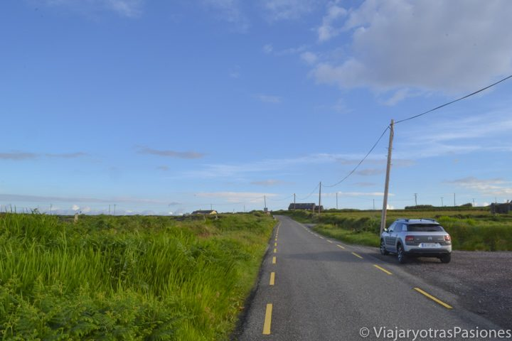 Mi coche en una de las carreteras casi desérticas y rodeadas de verde de Skellig Ring, en Irlanda
