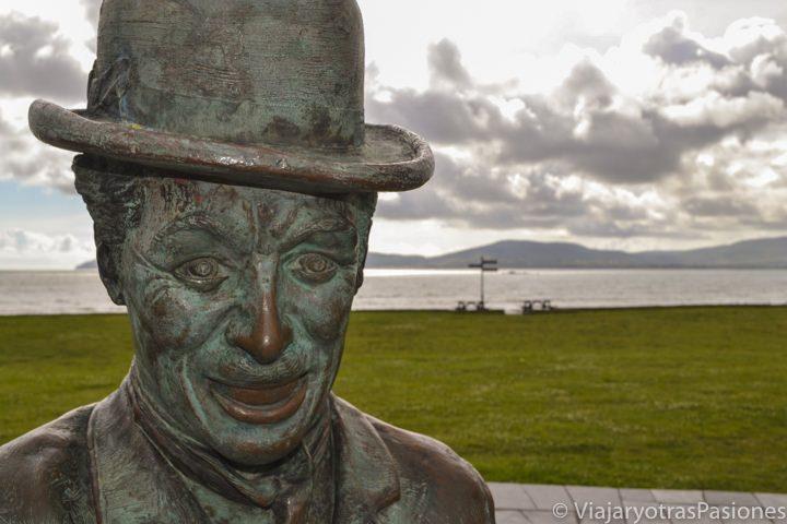 Primer plano de la estatua dedicada a Chaplin en Waterville, Irlanda, con su característico bombín.