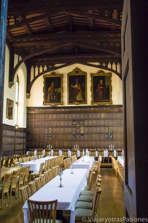 Comedor en el interior del Magdalen College en Oxford, Inglaterra