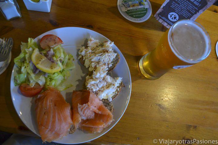 Pescado fresco y cerveza en Portmagee, Irlanda