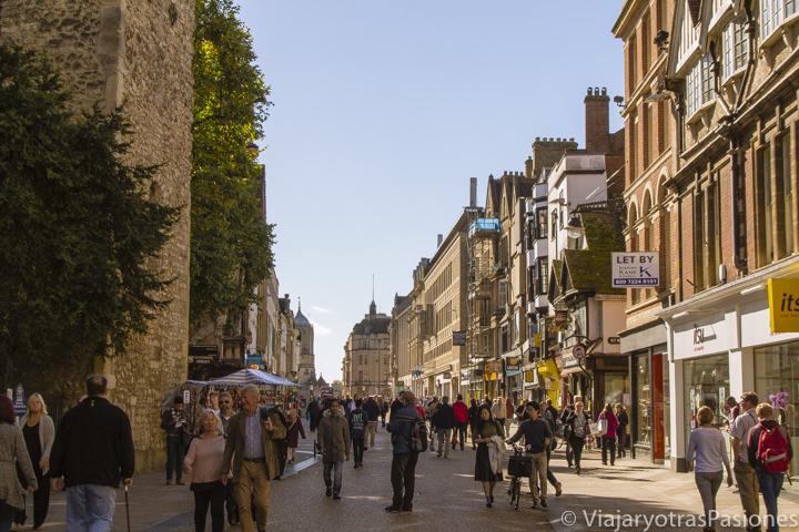 Panorámica de la calle comercial de Cornmarket en Oxford, Inglaterra