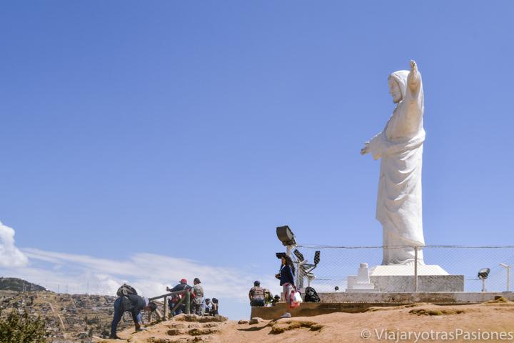 Famosa estatua del Cristo Blanco cerca del Sacsayhuaman en Cuzco, Perú