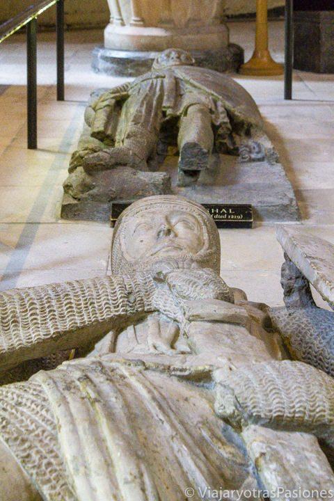 Detalle de algunos de los sarcófagos de piedra de caballeros templarios en la iglesia del Temple, Londres