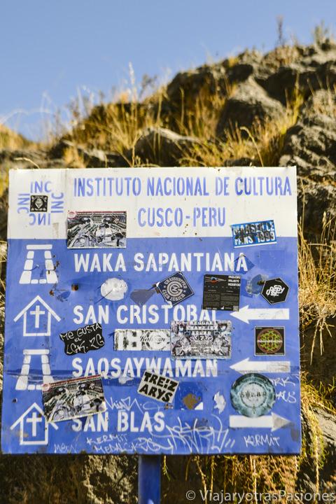 Bonito cartel de las direcciones para moverse en Cuzco, Perú