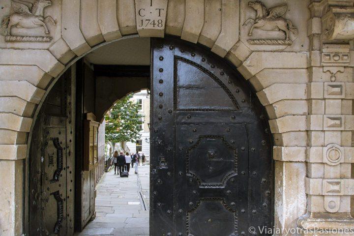 Portón de entrada a la iglesia de Temple desde Fleet Street, Londres
