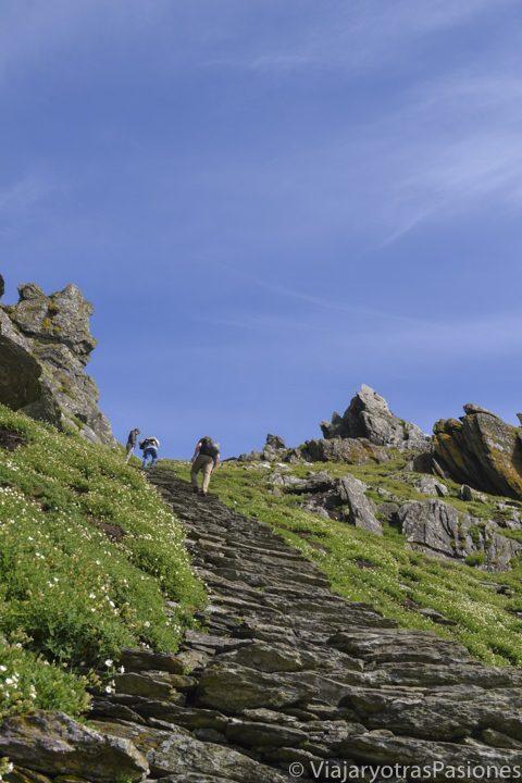 Tramo de escaleras hacia el monasterio en la isla de Skellig Michael, Irlanda