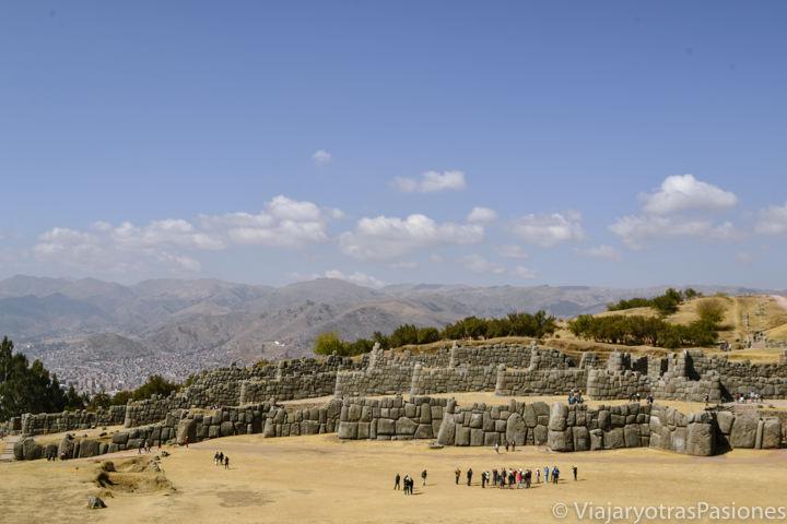 Espectacular muralla del famoso sitio arqueológico de Sacsayhuaman en Cuzco, Perú