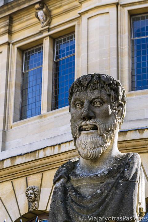 Característica estatua cerca de el Sheldonian Theatre en el centro de Oxford, Inglaterra