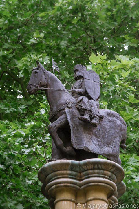 Pequeña estatua ecuestre que representa un caballero templario en Temple, Londres
