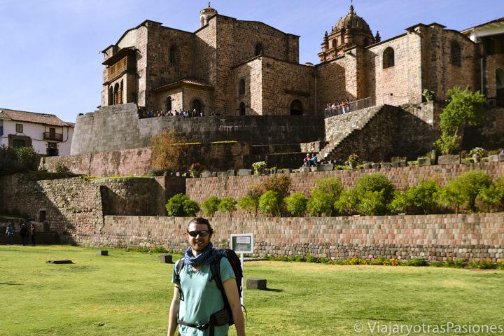 Frente al impresionante sitio histórico de Coricancha, en Perú