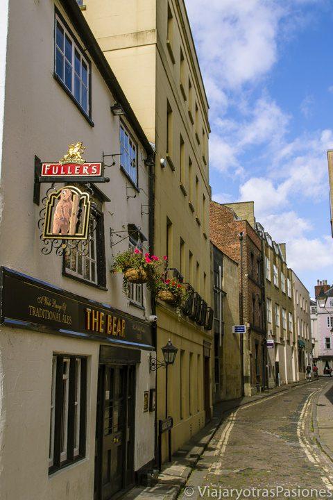 Vista del característico Bear Pub en Oxford, Inglaterra