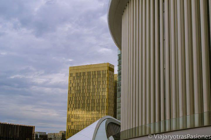 Filarmónica de Luxemburgo con el edificio de la Corte detrás, Luxemburgo