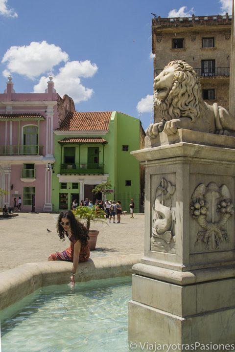 En la plaza de san Francisco cerca de la fuente en La Habana en Cuba