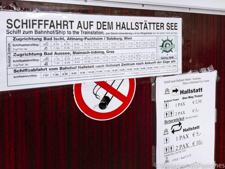 Carteles con horarios y precios en el interior del barco que va desde la estación de tren de Hallstatt al pueblo