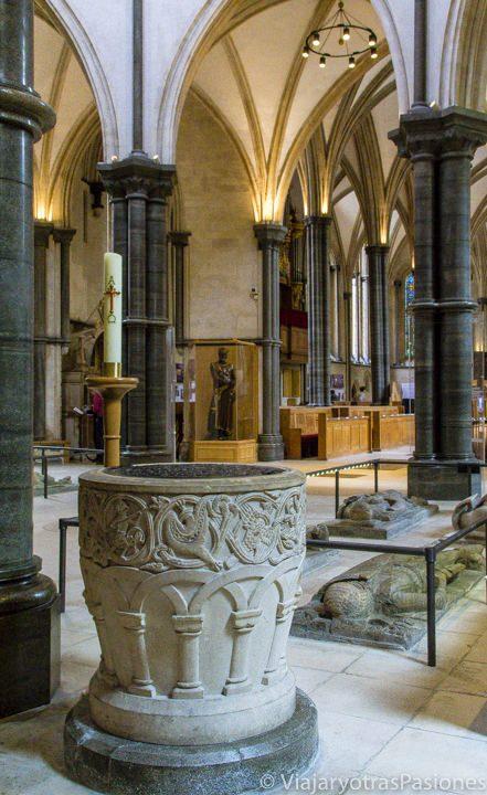 Vista interior de la iglesia de Temple, Londres. Se puede ver la pila bautismal y algunas de las tumbas con efigies de piedra
