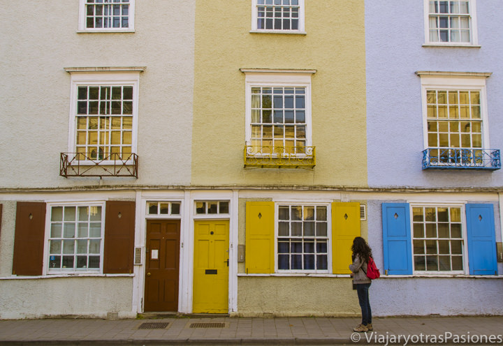 Casitas de colores en Longwall Street en Oxford, Inglaterra