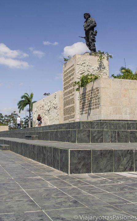De frente al mausoleo del Comandante Che Guevara en Santa Clara en Cuba