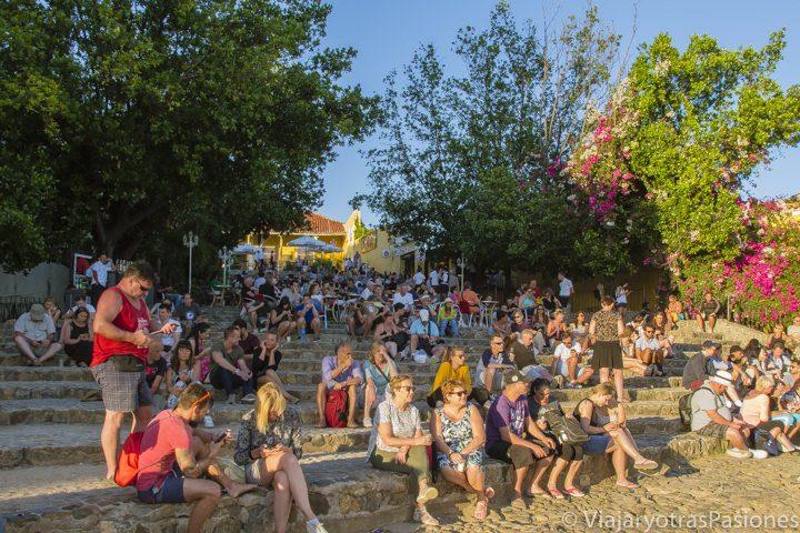 Turistas listos para disfrutar de una noche de música y con wifi en la plaza de Trinidad en Cuba