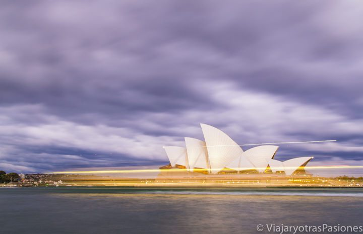 Imagen nocturna de la famosa Sydney Opera House en Australia