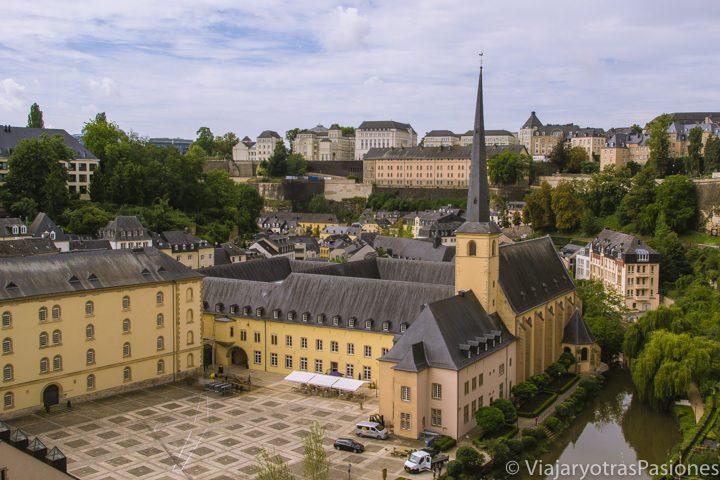 Abadía de Neumünster y Villa Alta desde las Casemates du Bock, Luxemburgo