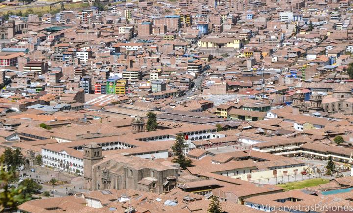 Panorama de Cuzco desde el famoso Sacsayhuaman en Cuzco, en Perú