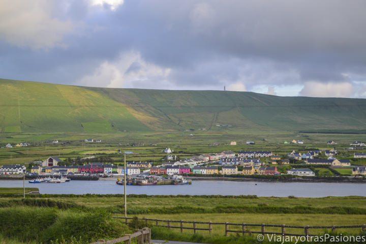 Vista del pueblo de pescadores de Portmagee, base para visitar las islas Skellig, desde Valentia Island