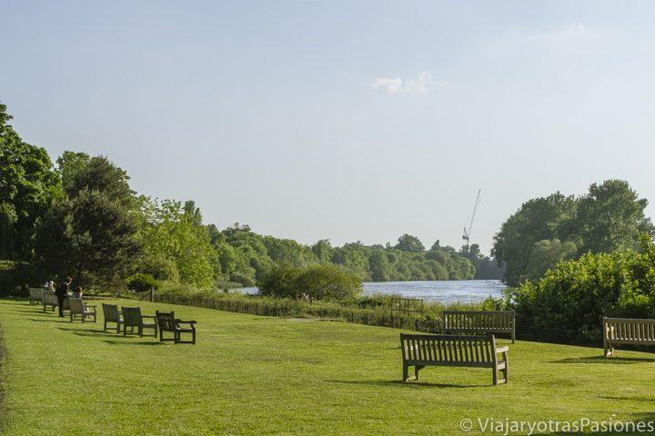 Bonito panorama en las orillas del río Támesis en Kew Gardens, en Inglaterra