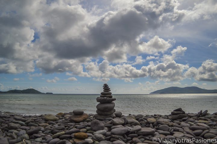 Típica montañita de piedrecillas colocadas en la playa de Waterville, Irlanda