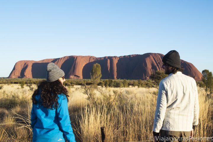 Amanecer frente al famoso monolito de Uluru, Australia