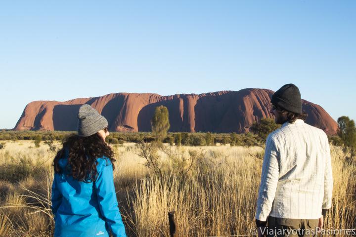 Pareja al amanecer en la famosa Uluru, en Australia