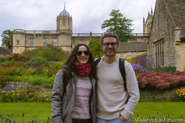 Pareja en los bonitos jardines cerca del Christchurch college en Oxford