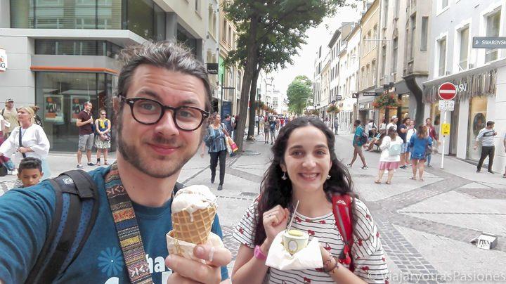 Comiendo un helado de Laduree en la Gran Rue de Luxemburgo