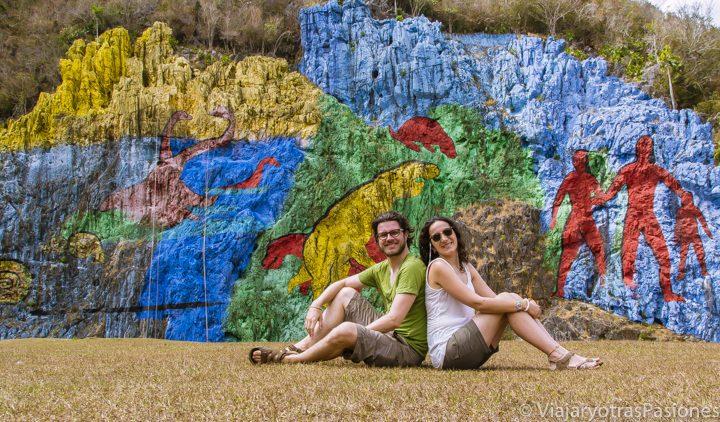 Andrea y Paula en el mural de la prehistoria en Viñales en Cuba