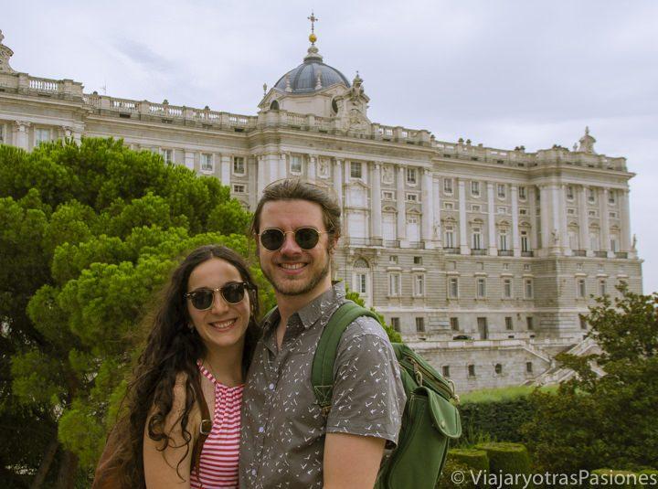 Posando de frente al palacio Real de Madrid, España