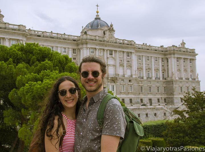 Pareja frente al Palacio Real de Madrid, en España