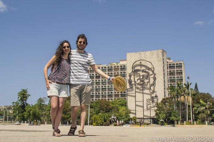 Pareja en plaza de la revolución en La Habana, Cuba