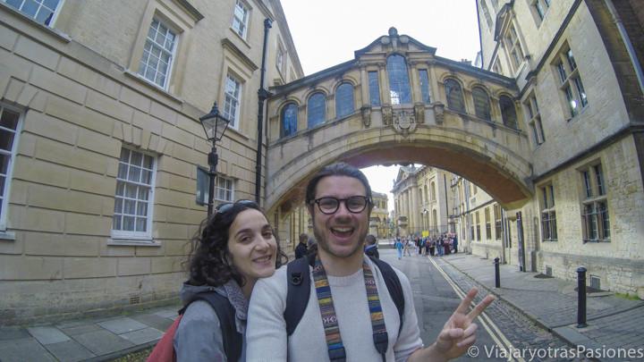 Pareja frente del puente de los suspiros en Oxford, Inglaterra