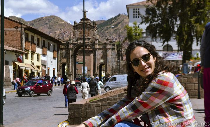 Sentados en la bonita plaza de San Francisco en Cuzco, Perú