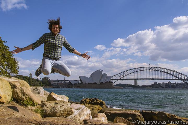 Andrea felices frente a el famoso panorama de la bahía de Sydney en Mrs Macquarie's chair, Australia