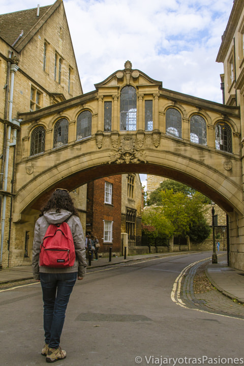 Frente al famoso puente de los suspiros en Oxford, Inglaterra