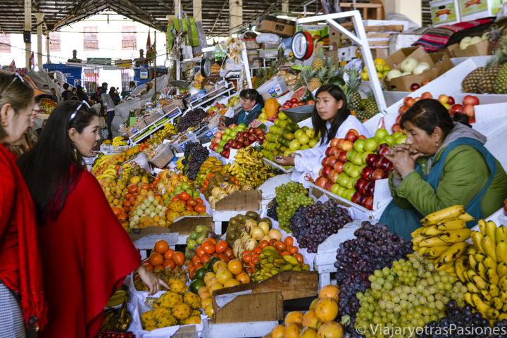 Puestos de fruta en el mercado de San Pedro en Cuzco, Perú