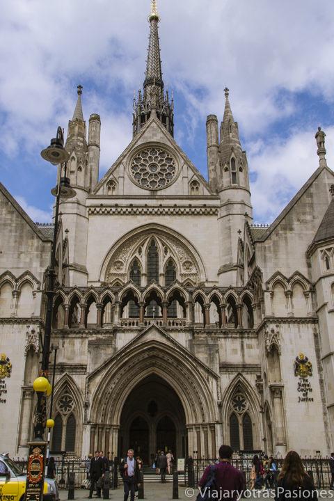 Espectacular entrada de los reales Tribunales de Justicia cerca del barrio di Temple en Londres